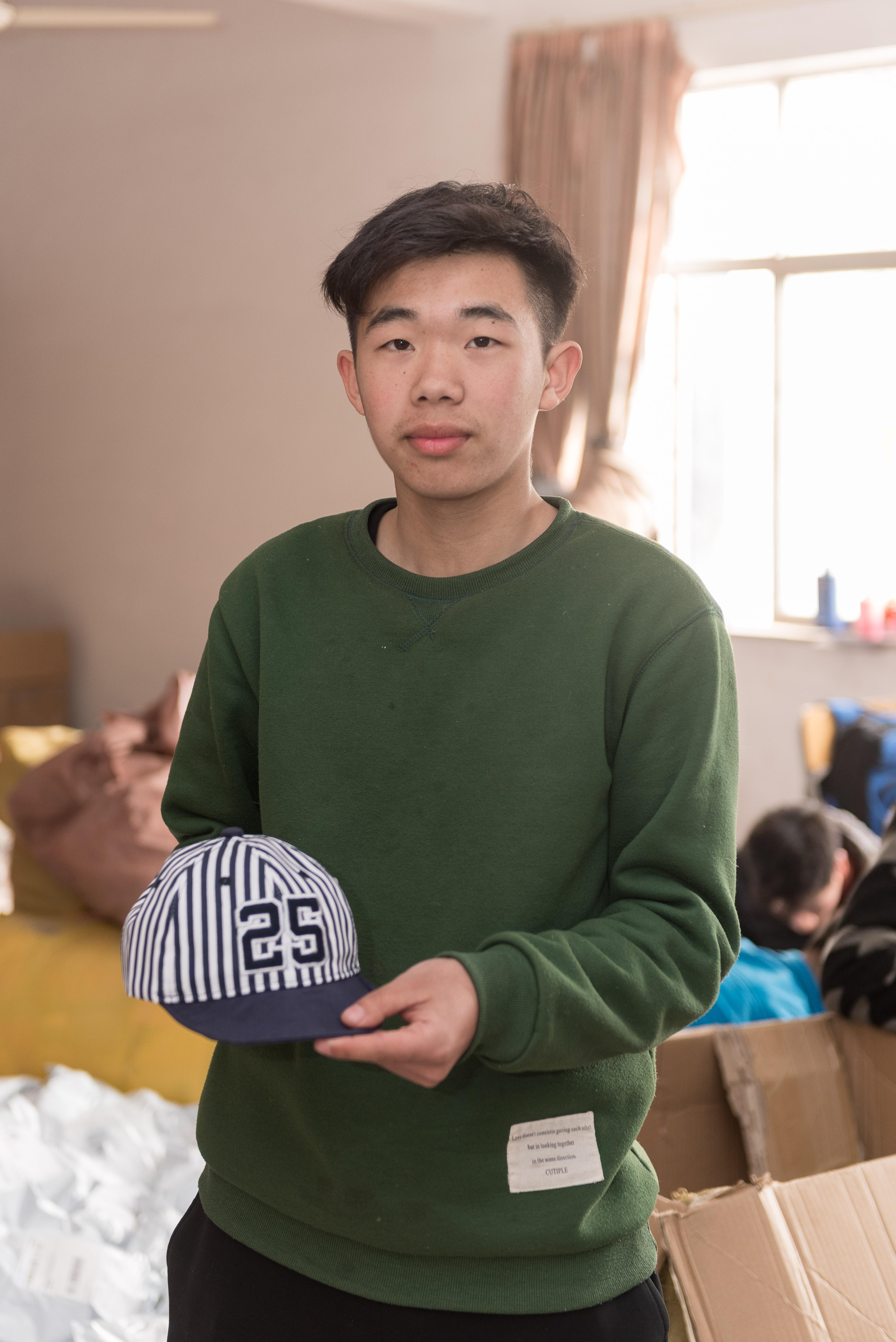林宏遠_浙江台州人,義烏工商學院創業班學生。出生於一九九六年的林同學,外表有些靦腆,稚氣未脫的臉龐,講起創業甘苦談可一點也不含糊。
